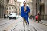 Российская блогерша и стилистка Карина Нигай привлекла внимание фотографов на Неделе моды в Милане ярким нарядом синего цвета. Женщину засняли на улице в кожаных оверсайз-пиджаке и юбке с разрезом, который демонстрировал высокие белые сапоги на каблуке. Еще одной отличительной деталью образа Нигай стал бюстгальтер в стразах, который виднелся из-под расстегнутой белой рубашки. В таком виде она посетила показ итальянского бренда Ermanno Scervino.