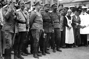 Антон Деникин и его начальник штаба генерал Иван Романовский (справа) на параде в честь взятия Харькова, 1919 год