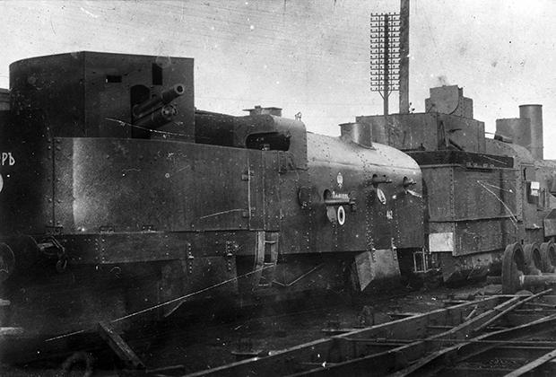 Белый бронепоезд «Офицер» перед отправкой на фронт из Ростова-на-Дону, 1919 год