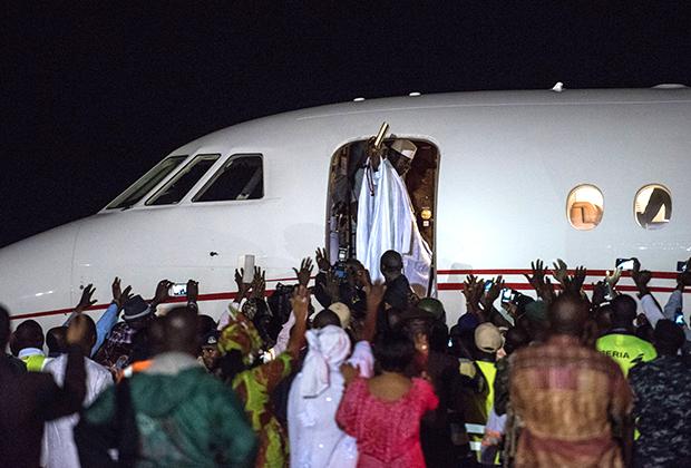Экс-президент Яйя Джамме машет толпе сторонников перед тем, как покинуть страну, в международном аэропорту Банжул, Гамбия, 21 января 2017 года