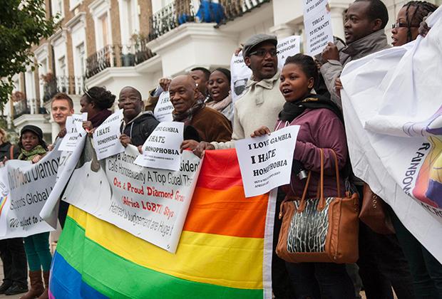 Участники протеста в защиту прав африканских геев у посольства Гамбии в Лондоне после гомофобных высказываний президента Яйи Джамме в ООН