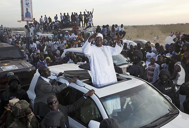 Президент Гамбии приветствует толпу по прибытии в аэропорт Банжул, 2017 год