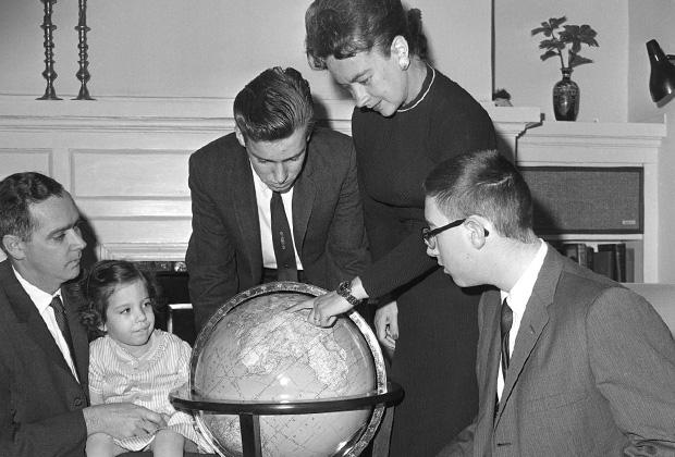 Джерри Мок показывает своей семье точки на карте, в которых планирует совершать посадки во время кругосветного путешествия