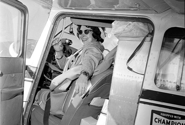 Джерри Мок готовится к вылету из аэропорта Колумбуса, чтобы совершить кругосветное путешествие на одномоторном самолете