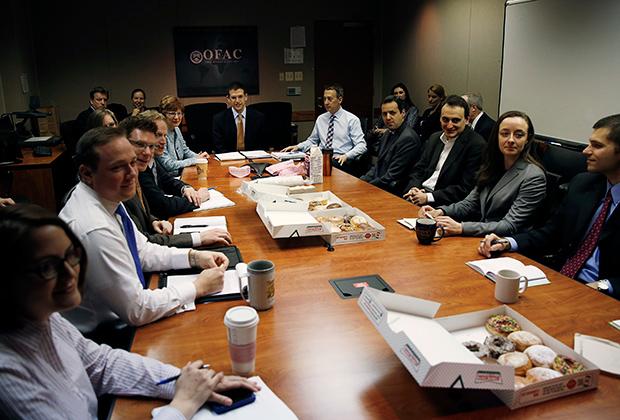 Сотрудники Управления по контролю за иностранными активами (OFAC)