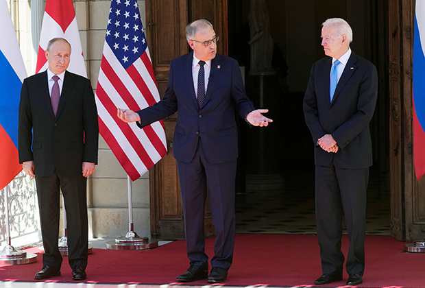 Владимир Путин и Джо Байден рядом с президентом Швейцарии Ги Пармеленом