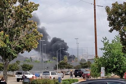 В США самолет упал на жилые дома и загорелся