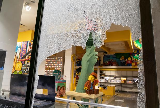 Разграбленный магазин Lego в Нью-Йорке