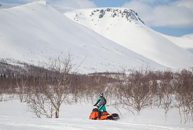 Турист на снегоходе в Хибинских горах в окрестностях города Кировска