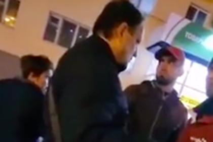 Стало известно о депортации кинувшего фрукт в пожилого россиянина мигранта