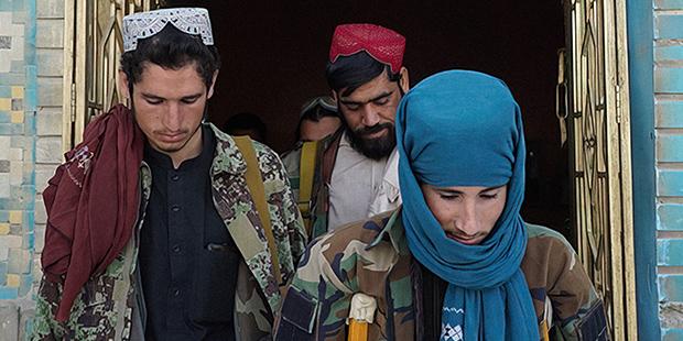 Боевики «Талибана» во дворе Голубой мечети, Мазари-Шариф