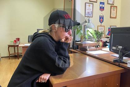 Ксения Собчак пришла на допрос в Сочи в кепке с нецензурной фразой