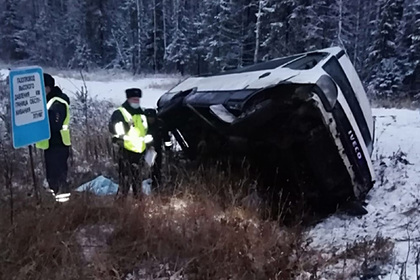 Из-за опрокидывания автобуса на российской трассе погиб человек
