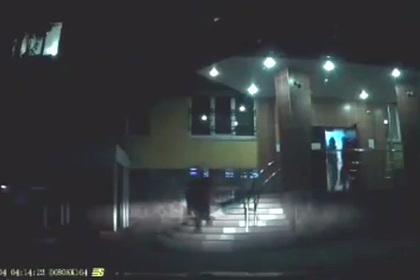 Россиянка протащила дочь по лестнице вниз головой из-за двухсот рублей